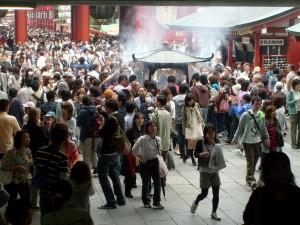 Cérémonie de l'encens au Grand Temple Bouddhiste de Tokyo