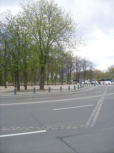 Pavés marquant la fontière entre les deux territoires à l'époque du mur - côté Reichstag