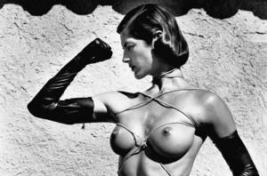 Buste aux liens, Ramatuelle, 1980 © Helmut Newton Estate