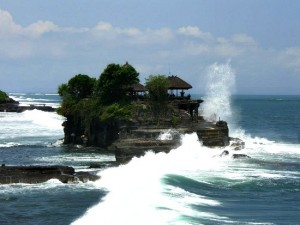 Waves breaking on Tanah Lot temple – à Tanah Lot Bali.