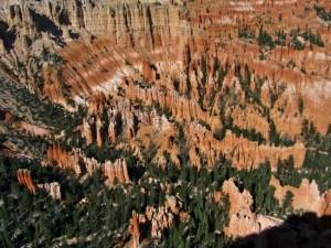 Bryce Canyon - Lente érosion qui a ciselé de fabuleuses formes profilées dans le calcaire de ce plateau de plus de 2.000 mètres d'altitude - CP : Eliza Lagnier
