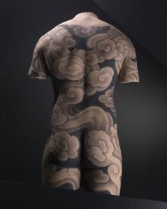 Motif-de-tatouage-sur-un-dos-masculin©-musée-du-quai-Branly5,-photo-Thomas-Duval