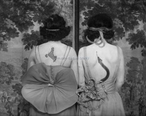 Women wearing tattoos and costumes © CORBIS pour Bettmann