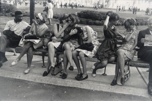 New York World's Fair 1964 - Garry Winogrand - Tirage gélatino-argentique. San Francisco Museum of Modern Art, gift of Dr. L. F. Peede, Jr. © The Estate of Garry Winogrand, courtesy Fraenkel Gallery, San Francisco. Photo : Don Ross