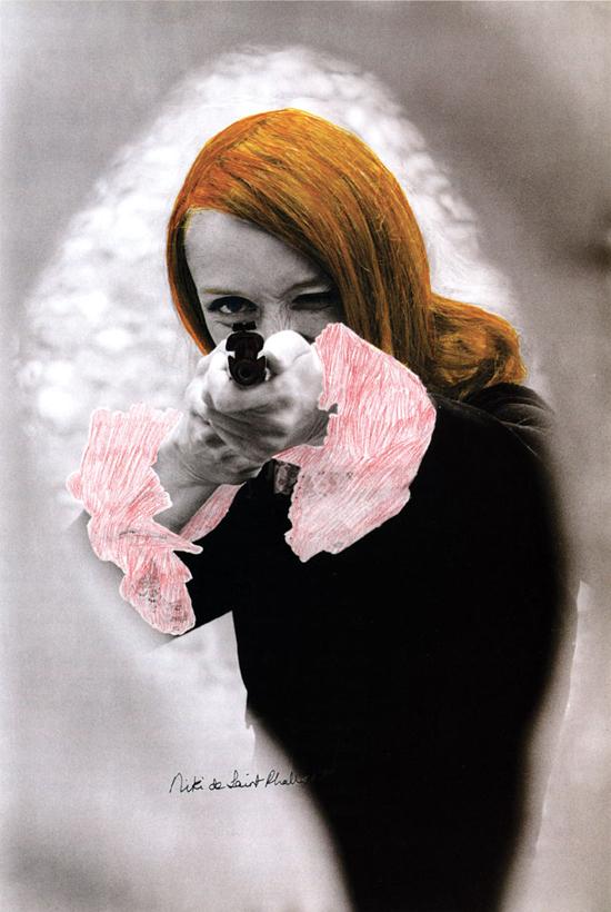 Niki de Saint Phalle en train de viser - 1972 -  photographie en noir et blanc rehaussée de couleur extraite du film Daddy. © Peter Whitehead
